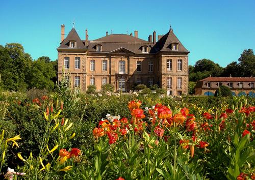 Castle de La Grange long distance private transfer route stop from Paris to Luxembourg City