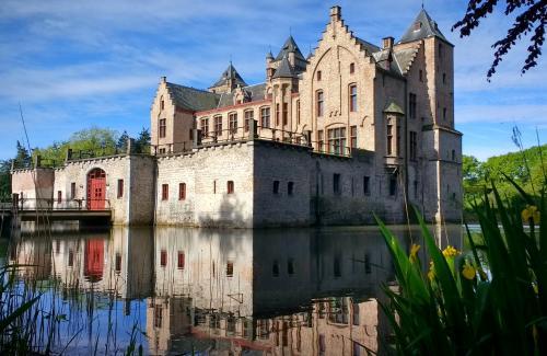 Tillegem castle long distance transfer route stop from Paris to Bruges